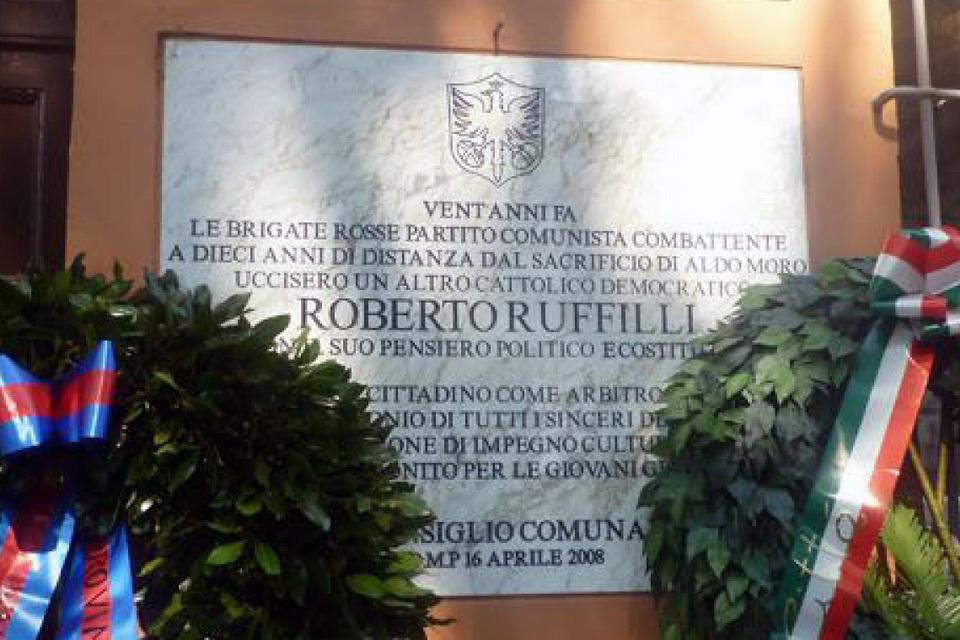 Lapide posta a Forlì all'ingresso di quella che fu l'abitazione di Roberto Ruffilli ed ora la sede della fondazione a lui intitolata